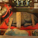 山田一本木の瓦工 中西甚兵衛による土製黒色牛像(茜牛天神)