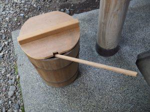 今日の柄杓は手水桶の中に、須原大社(伊勢市一之木)