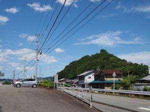 朝柄八柱神社付近から遠望した五箇篠山城跡