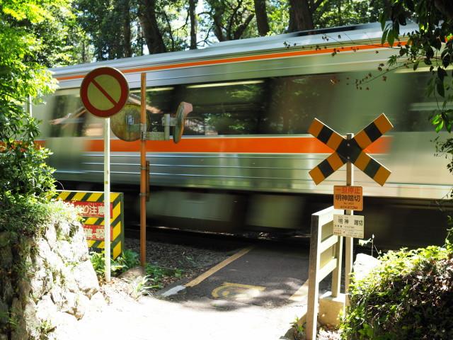 飯野高宮神山神社の境内地を横切るJR紀勢本線(松阪市山添町)