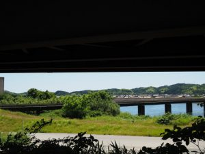 県道701号の高架下から望むJR紀勢本線 徳和・多気間 櫛田橋りょう(櫛田川)
