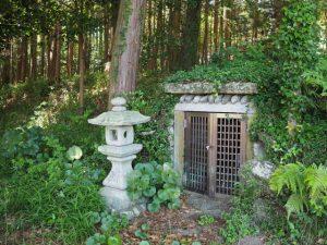 境内地の隅に役小角(役行者)の像(石前神社)