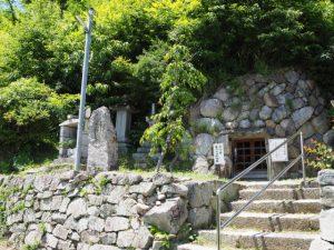 秋葉山公園付近の役小角(役行者)を祀る石の御堂(松阪市射和町)