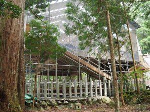 丹生神社では拝殿の屋根修理中(多気郡多気町丹生)