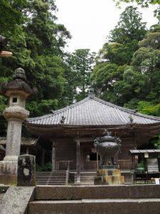 正面に大師堂(丹生山 神宮寺)
