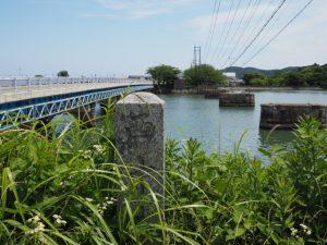 雑草に覆い隠された道標(汐合橋西詰付近)
