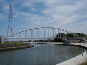 勢田川に架かる水管橋と橘神社の社叢(伊勢市黒瀬町)