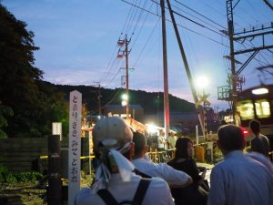 赤崎神社付近の踏切から続く赤崎祭(ゆかた祭り)の屋台