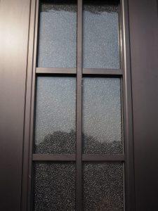 御神杉(赤崎神社)が取り外された玄関扉