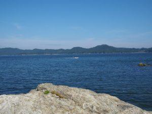 海女を乗せてしろんご浜へ向かう漁船の遠望