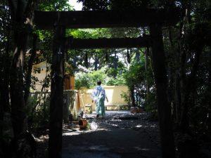 しろんご祭の祭典を終え、後片付け中の白髭神社(菅島)