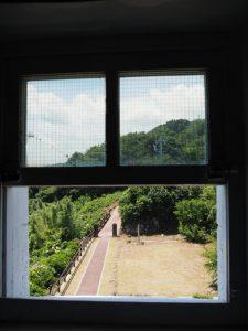 菅島灯台の窓から