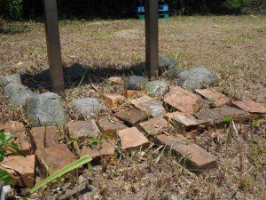 菅島灯台 案内板の下に残されたレンガ