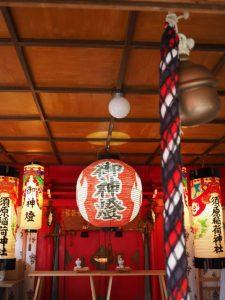 原稲荷神社の拝殿天井には円形のヒカリ、須原大社(伊勢市一之木)