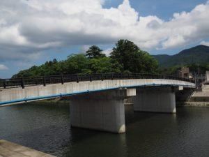 五十鈴橋越しに望む大土御祖神社の社叢