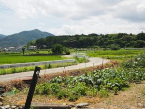 近鉄鳥羽線の高架下(伊勢市楠部町と中村町の境界)