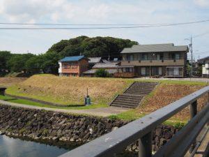 御側橋(五十鈴川)から望む興玉の森(宇治山田神社)