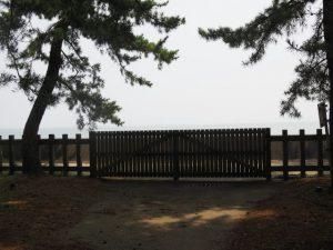 二見浦海岸側の出入口の扉(御塩殿神社)
