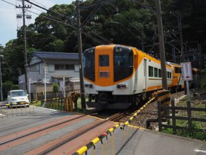赤崎神社(豊受大神宮 末社)の社叢と近くを走る近鉄志摩線のトンネル