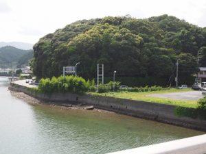安楽島大橋(加茂川)から望む赤崎神社(豊受大神宮 末社)の社叢