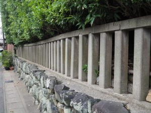 コンクリート製の柵を歪める木の力、清野井庭神社(豊受大神宮 摂社)