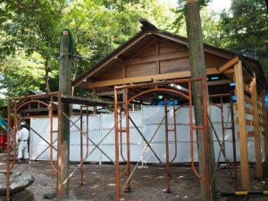 拝殿前の鳥居の建て替え作業、須原大社(伊勢市一之木)