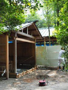 仮殿となっている並社の鳥居の建て替え作業、須原大社(伊勢市一之木)