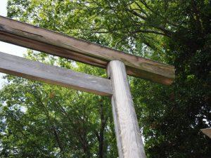 反対側の楔も抜けていた参道入口の鳥居、須原大社(伊勢市一之木)