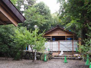 建て替えのため鳥居が取り外された須原大社(伊勢市一之木)