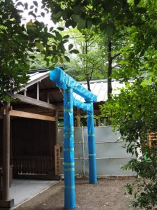 並社の前に建て替えられた鳥居、須原大社(伊勢市一之木)
