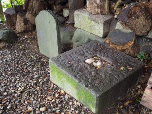 境内の隅に見つけた石碑、須原大社(伊勢市一之木)