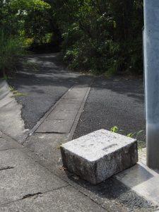 これらの石造遺物は?、本誓寺付近(伊勢市久世戸町)