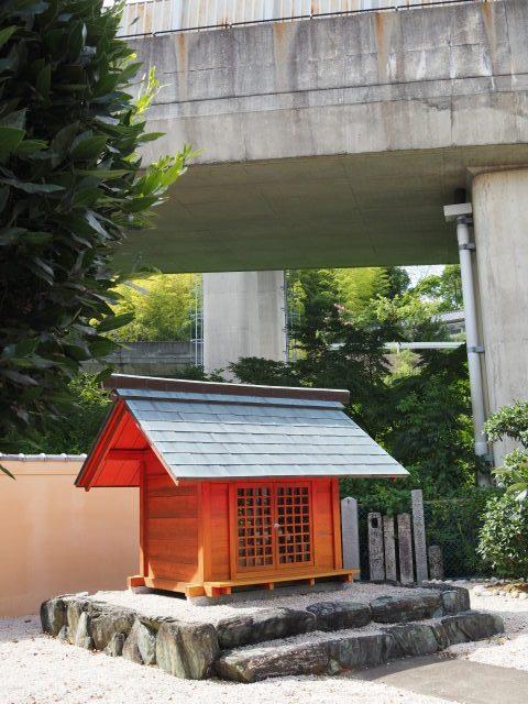 本誓寺の境内にまつられているお稲荷さん(伊勢市久世戸町)
