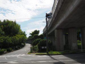御幸道路と交差する伊勢自動車道の御幸橋
