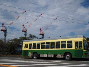 新市立伊勢総合病院の建築用クレーンと神都バス