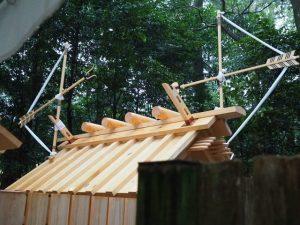 新しい殿舎の屋根に鏑矢と雁股矢、鴨下神社(皇大神宮 末社)