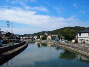 世義寺橋から遠望した勢田川越しの高倉山