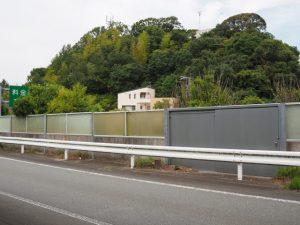 側道から望む伊勢自動車道(伊勢市桜木町)