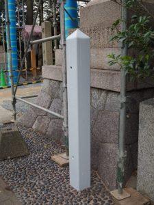 白く塗られた幟旗を固定するための鉄製杭、須原大社(伊勢市一之木)