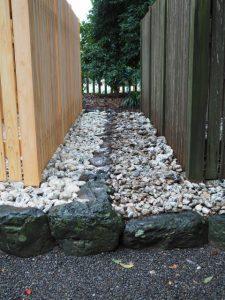 新旧の玉垣とお白石、清野井庭神社(豊受大神宮 摂社)