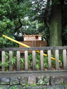 清之井公園から望む新しい殿舎の屋根には鏑矢と雁股矢、清野井庭神社(豊受大神宮 摂社)