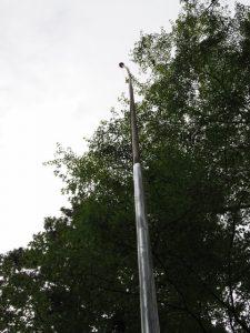 国旗掲揚用のポールは途中までの塗装、須原大社(伊勢市一之木)