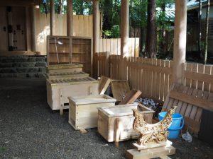 茜社の拝殿に集められた賽銭箱