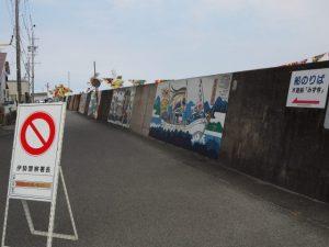 堤防壁画に描かれている「御幣鯛を運ぶ太一御用船」(伊勢市神社港)