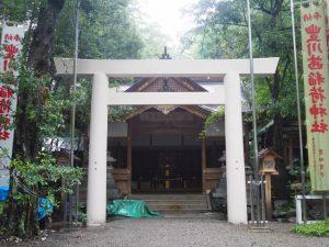 足場が外された拝殿前の鳥居(豊川茜稲荷神社)