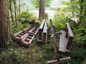 せんぐう館から勾玉池奉納舞台へと掛けられていた架け橋ほか(勾玉池の畔、茜社参道入口付近)