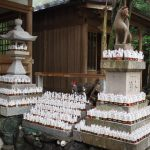 拝殿前、元の場所へ戻された(小)狐さんたち(豊川茜稲荷神社)