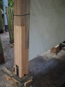 柱の根元が取り替えられた手水舎(茜社)