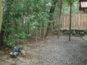 拝殿の脇に置かれていた鬼瓦(御薗神社)
