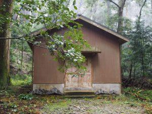 拝殿・本殿の脇の建物(丹生神社)
